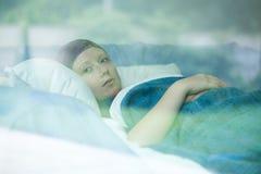 Jonge vrouw die aan kanker lijden Stock Fotografie