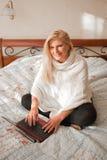 Jonge vrouw die aan laptop van haar huis werkt royalty-vrije stock fotografie