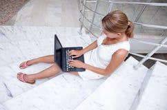 Jonge vrouw die aan laptop werkt Stock Foto's