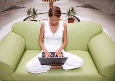 Jonge vrouw die aan laptop werkt royalty-vrije stock fotografie