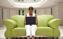 Jonge vrouw die aan laptop werkt Royalty-vrije Stock Afbeelding