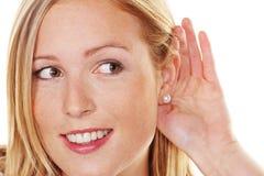 Jonge vrouw die aan luistert stock afbeeldingen