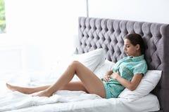 Jonge vrouw die aan menstruele klemmen lijden royalty-vrije stock foto
