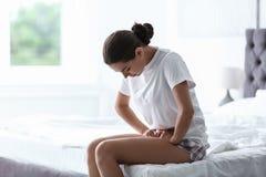 Jonge vrouw die aan menstruele klemmen lijden royalty-vrije stock fotografie