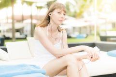 Jonge vrouw die aan muziek luisteren openlucht Stock Fotografie