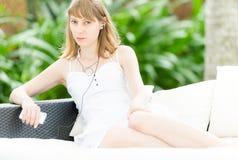 Jonge vrouw die aan muziek luisteren openlucht Stock Foto's