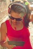 Jonge vrouw die aan muziek luistert Stock Fotografie