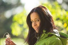 Jonge vrouw die aan muziek luistert Royalty-vrije Stock Afbeeldingen