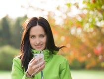 Jonge vrouw die aan muziek luistert Stock Foto's
