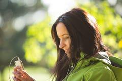 Jonge vrouw die aan muziek luistert Royalty-vrije Stock Fotografie