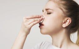 Jonge vrouw die aan neus het aftappen, panorama lijden stock afbeeldingen