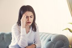 Jonge vrouw die aan sterke hoofdpijn of migrainezitting thuis lijden, millennial kerel die intoxicatie en pijn wat betreft achi v royalty-vrije stock foto's