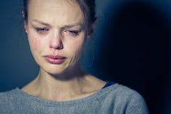 Jonge vrouw die aan strenge depressie/bezorgdheid/droefheid lijden stock foto