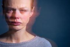 Jonge vrouw die aan strenge depressie/bezorgdheid/droefheid lijden royalty-vrije stock afbeeldingen