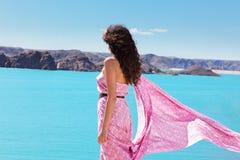 Jonge vrouw die aan water kijkt Royalty-vrije Stock Foto's