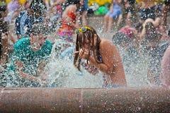 Jonge vrouw die aan Wateroorlogen flashmob deelnemen in Volgograd Royalty-vrije Stock Afbeeldingen