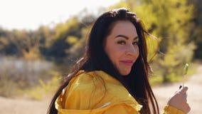 Jonge vrouw die acrobatische tik met landschap op achtergrond doen stock footage