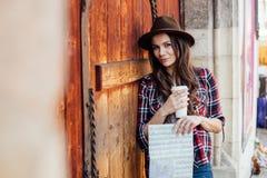 Jonge vrouw die alleen reizen Stock Foto