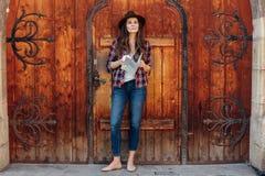 Jonge vrouw die alleen reizen Stock Afbeelding