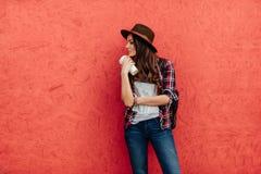 Jonge vrouw die alleen reizen Stock Fotografie