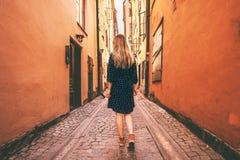 Jonge vrouw die alleen in Stockholm lopen stock foto's