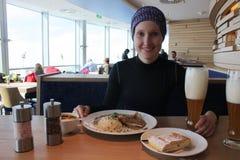 Jonge vrouw die in Alpien restaurant eten Stock Foto