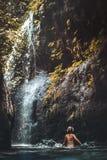 Jonge vrouw die backpacker de waterval in wildernissen bekijken Het meisje van de het beeldreis van het eco-toerismeconcept Het e stock foto