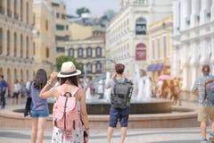 Jonge Vrouw die backpacker met hoed, Aziatische reiziger reizen die zich op Senado-Vierkant, oriëntatiepunt bevinden en populair  stock fotografie