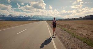 Jonge vrouw die backpacker op weg lopen stock video