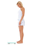Jonge vrouw die badkamersschaal gebruiken Stock Foto