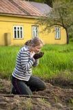 Jonge vrouw die bebouwing wiedt royalty-vrije stock foto