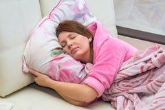 Jonge vrouw die in bed liggen stock afbeelding
