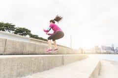 Jonge vrouw die benenoefeningen met de horizon van Chicago op backgro doen stock afbeelding