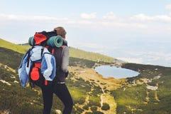 Jonge vrouw die in berg wandelen Stock Foto's