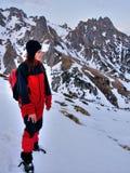 Jonge vrouw die bergen beklimt Stock Foto's