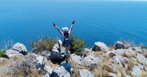 Jonge vrouw die in bergen over Amalfi kust Langzame motie wandelen stock video