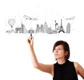 Jonge vrouw die beroemde steden en oriëntatiepunten trekken op whiteboard Royalty-vrije Stock Foto's