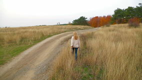 Jonge Vrouw die bij Aard in de Herfst lopen stock video
