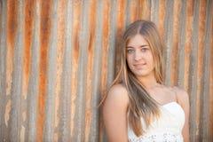 Jonge vrouw die bij camera staren Stock Foto