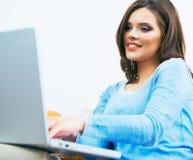 Jonge vrouw die bij laptop huis werken Stock Afbeelding