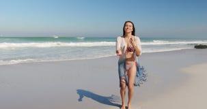 Jonge vrouw die bij strand 4k dansen stock video