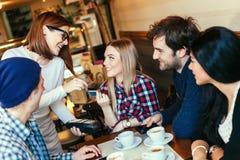 Jonge Vrouw die Bill By Credit Card betalen Royalty-vrije Stock Afbeeldingen