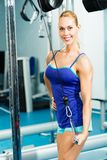 Jonge vrouw die binnen lichaam-bouwend de Gymnastiek doen Royalty-vrije Stock Foto's
