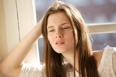 Jonge vrouw die binnen ontspannen royalty-vrije stock foto