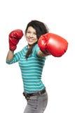 Jonge vrouw die bokshandschoenen het glimlachen dragen Stock Foto's