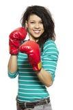 Jonge vrouw die bokshandschoenen het glimlachen dragen stock foto