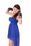 Jonge vrouw die bokshandschoenen in toevallige kleding dragen Stock Foto's