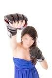 Jonge vrouw die bokshandschoenen in toevallige kleding dragen royalty-vrije stock afbeeldingen