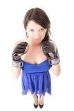 Jonge vrouw die bokshandschoenen in toevallige kleding dragen royalty-vrije stock foto