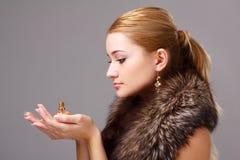 Jonge vrouw die bont met parfum draagt Royalty-vrije Stock Foto's